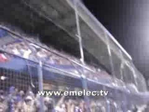 estadio capwell jugadores de Emelec abrazados