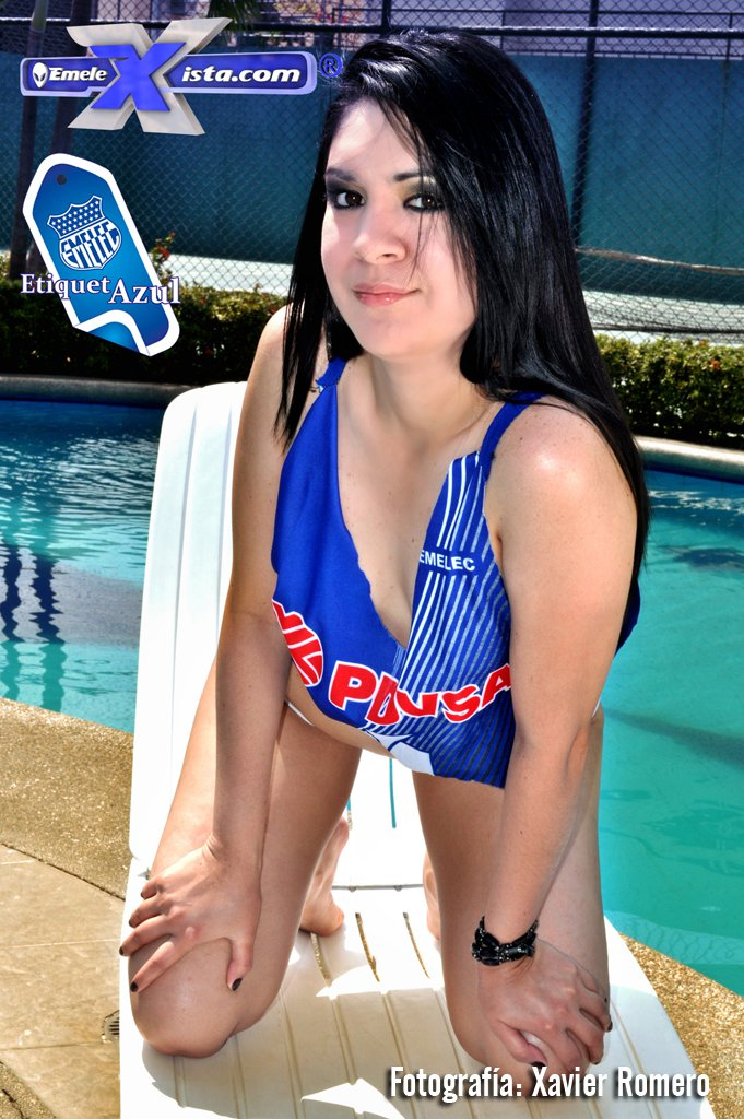 chica sexy con camiseta de Emelec