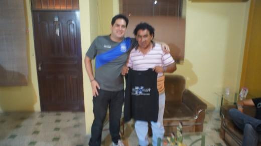 @humbertoemelec regala a Giussepe Cavana una camiseta de emelexista.com