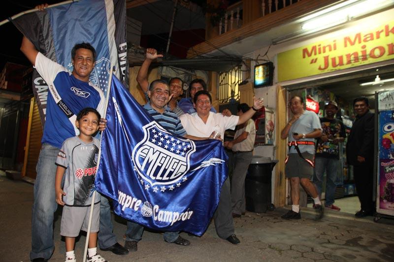 Emelecistas festejaron dramático paso a los octavos de final del Bombillo
