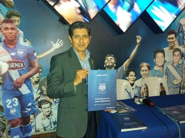emelec presentó 'el libro azul 1'
