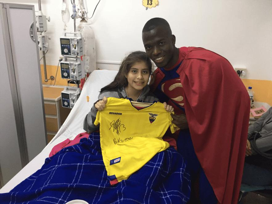 enner valencia 'superman' alegró a niños de solca