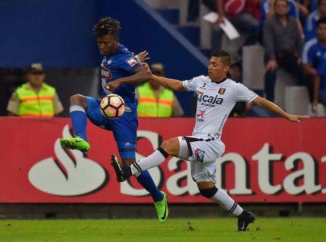 Daniel Chavez (R) of Peru's Melgar vies for the ball with Fernando Pi