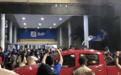 La hinchada millonaria recibe a Emelec en el aeropuerto de Guayaquil