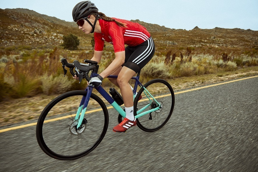 fw21 badge cycling women outfit02 08 740083